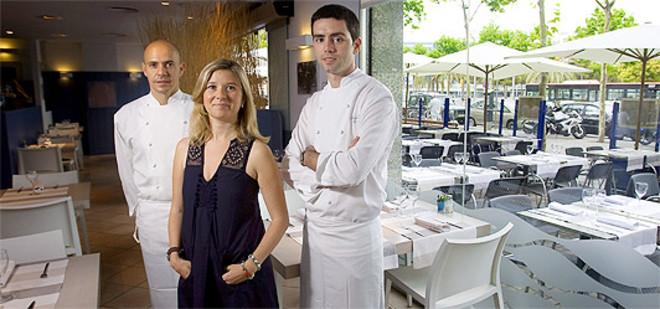 De izquierda a derecha, Marc Singla, Marta Cid y Albert Enrich, en el comedor de La Mar Salada. Foto: JOAN CORTADELLAS