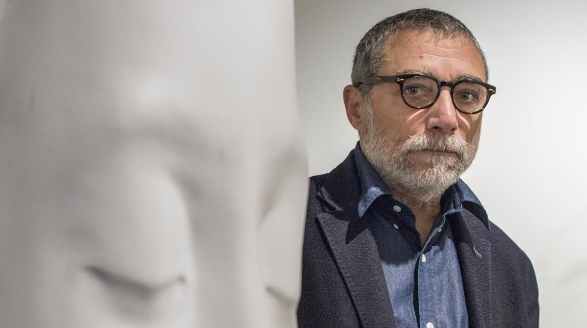 Jaume Plensa, junto a una de sus esculturas blancas expuestas en la Galeria Senda.