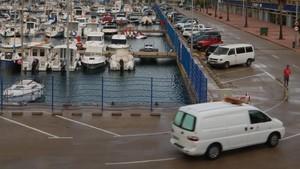 Un vehículo de la funerariaentra en la zona del puerto deportivo de Tarragona, este domingo.