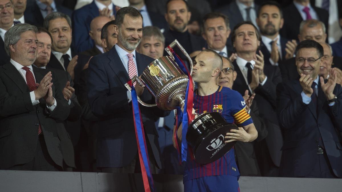 Iniesta besa el trofeo la final de la Copa ante el Rey.