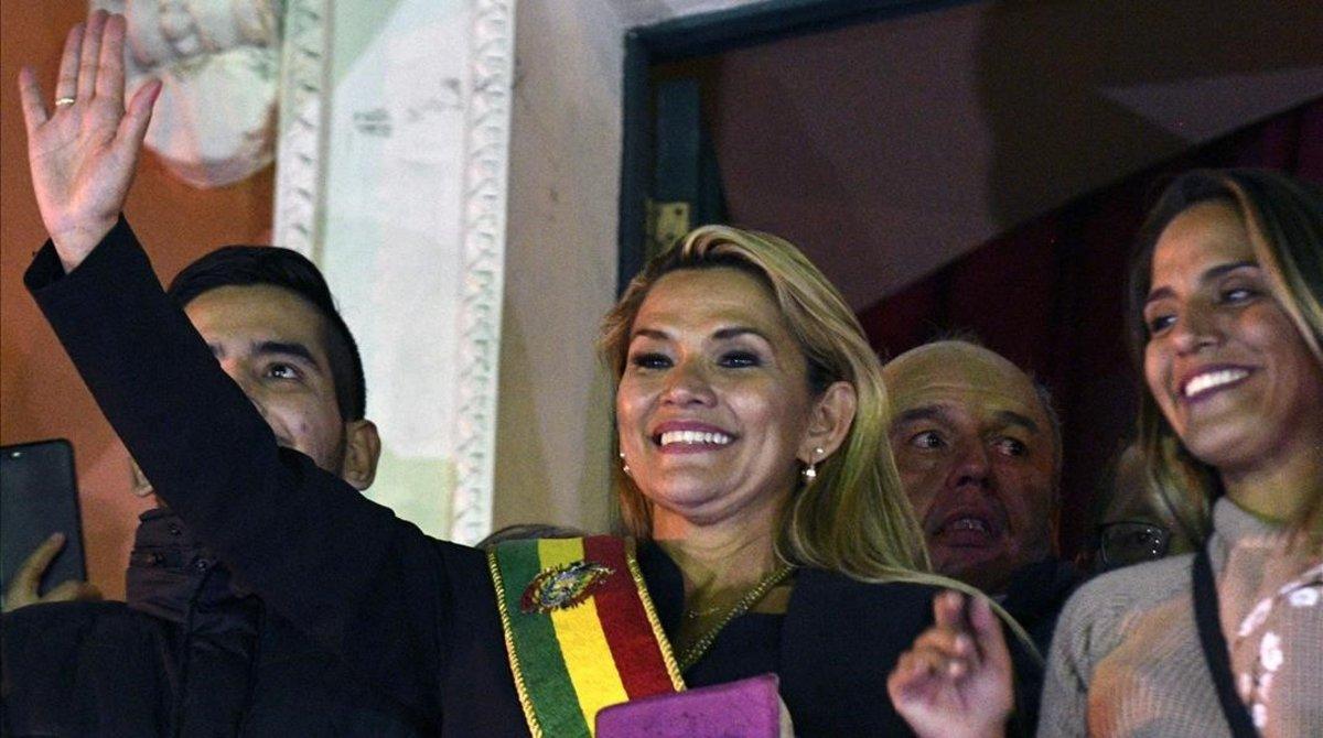 Jeanine Áñez tras autoproclamarse presidenta.