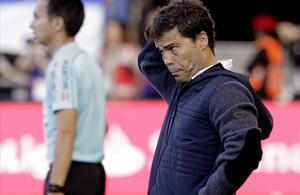 Joan Francesc Ferrer, Rubi, en un partido disputado en Pamplonacuando dirigía al Sporting de Gijón.