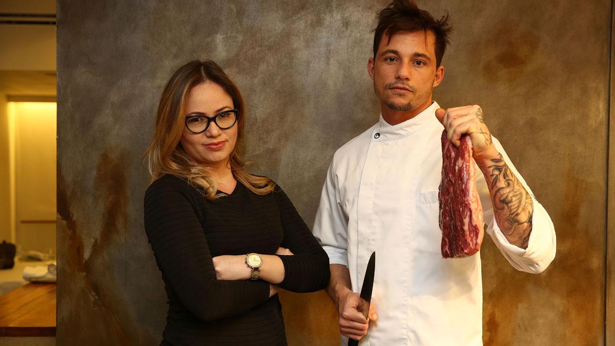 Isabella y Joâo Alcântara, de Fogo, que explica cómo preparar costilla ahumada.