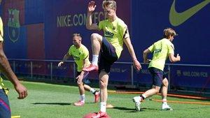De Jong, en el entrenamiento del Barça previo a la visita de Osasuna al Camp Nou.