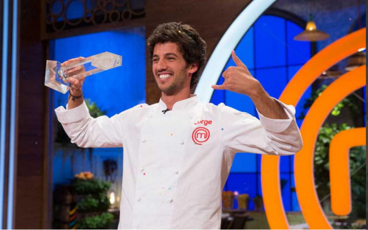 Jorge celebra su victoria en Masterchef 5.