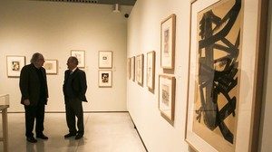 José Mª Sen Tato, a la izquierda, y Vicente Saavedra, en un apartado de la exposición.