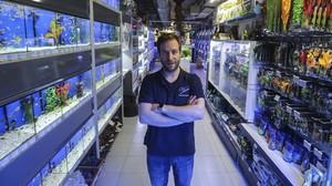 Enric Duran,propietario de la tienda de acuarios Dauer en la calle Tallers.