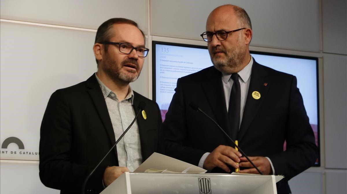 Josep Costa y Eduard Pujol, este lunes, en el Parlament.
