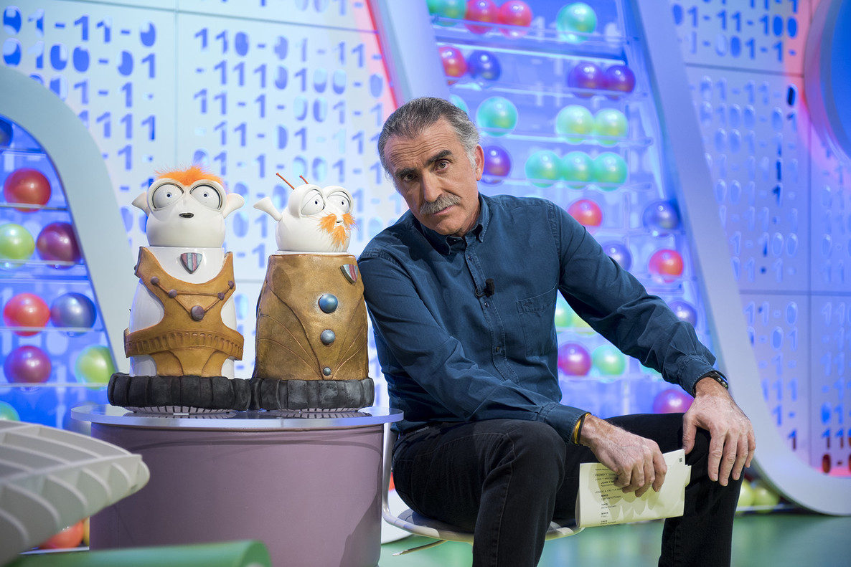 Juan yMedio, con Tikis y Mikis,los muñecos del programa de TVE-1 'Poder canijo'.