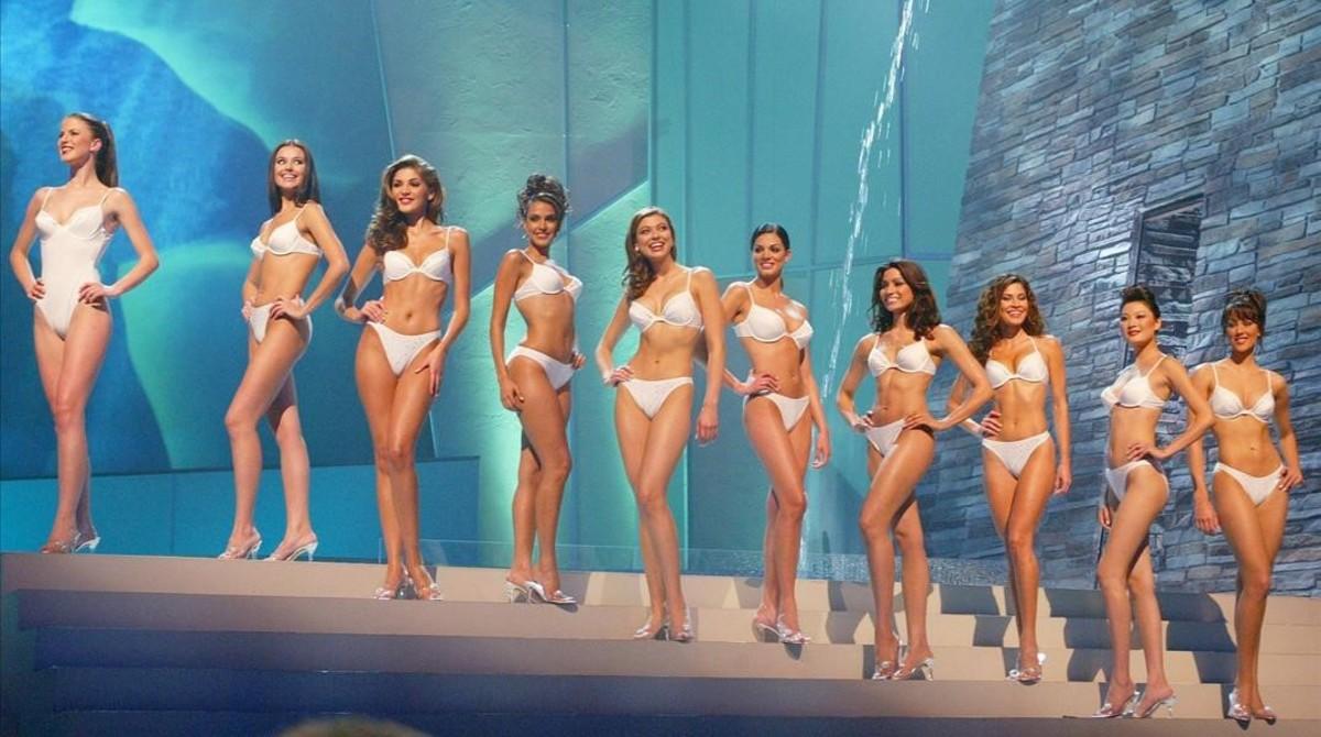 Las concursantes de un certamen de belleza posan en bikini.