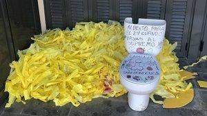 Lazos amarillos y váter con pintadas contra un mosso que debe testificar en el juicio del 'procés'.