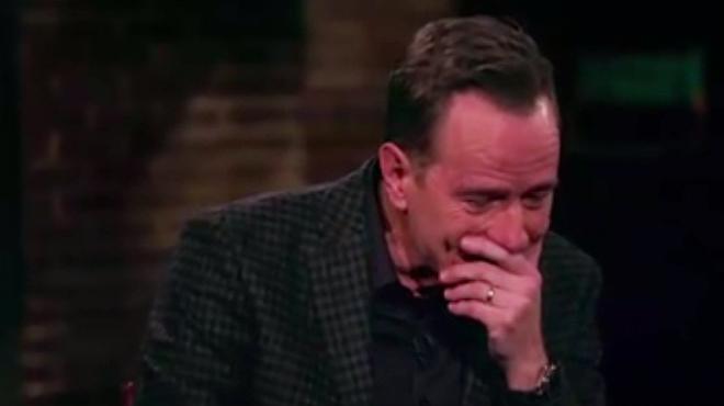 Bryan Cranston rompe a llorar al recordar una escena de la segunda temporada de la serie 'Breaking Bad'.