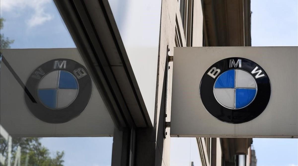 Logotipo del fabricante alemán de automóviles BMW en un concesionario de Londres.