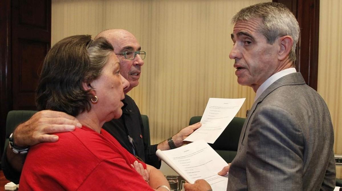 Los diputados Lluís Llach (Junts pel Sí) y Gabriela Serra (CUP) conversan con un letrado del Parlament.
