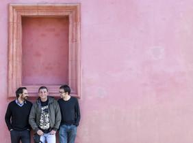 Los directores Xesc Cabot (izquierda) y Pep Garrido flanquean al protagonistade la película Sense sostre, Enric Molina, en el exterior del teatre Lliure de Montjuïc.