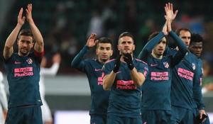 Los jugadores del Atlético saludan a los aficionados al final del partido.