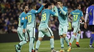 Los jugadores del Barça felicitan a Aleñá tras su gol al Hércules.