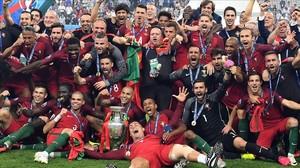 Los jugadores de la selección de Portugal celebran sobre el césped de Saint Denis la victoria en la final de la Eurocopa de Francia.