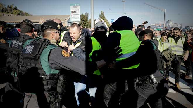 Los taxistas de Barcelona saltan un cordón policial de la Guardia Civil para entrar en el puerto.