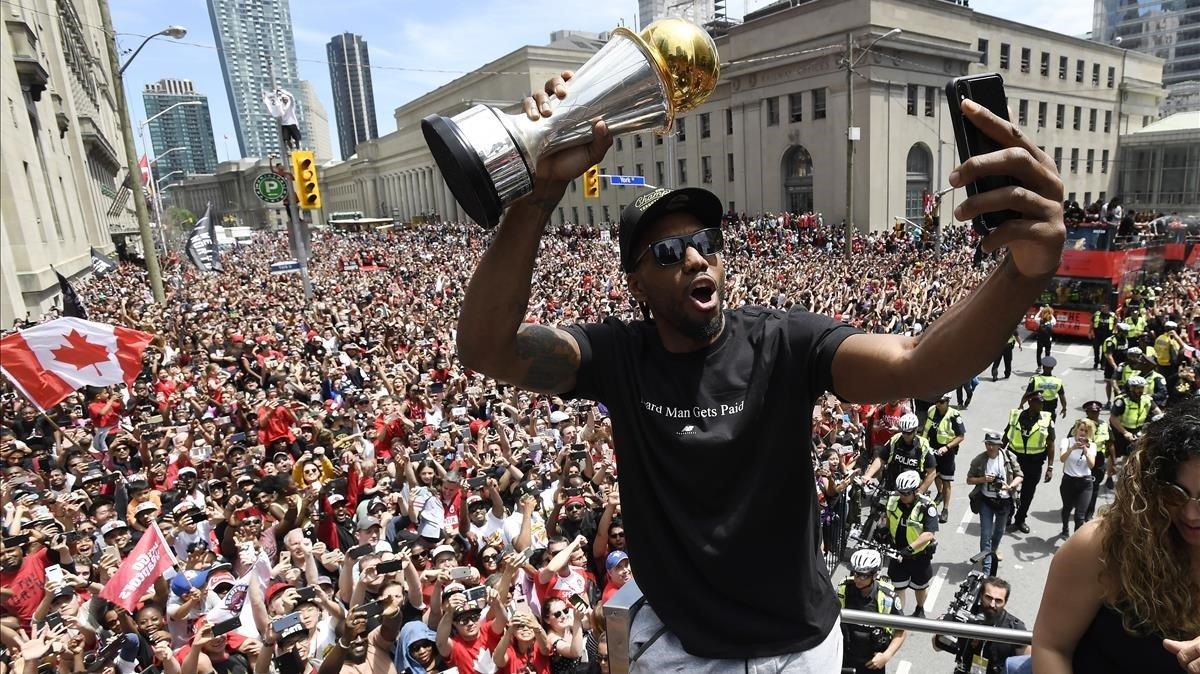 Los Toronto Raptors celebrando en las calles de la ciudad el título de la NBA 2019