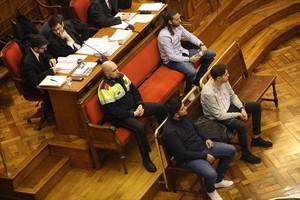 Los tres acusados del crimen del Port Olímpic, sentados en el banquillo durante la sesión de ayer del juicio oral que se celebra en la Audiencia de Barcelona.