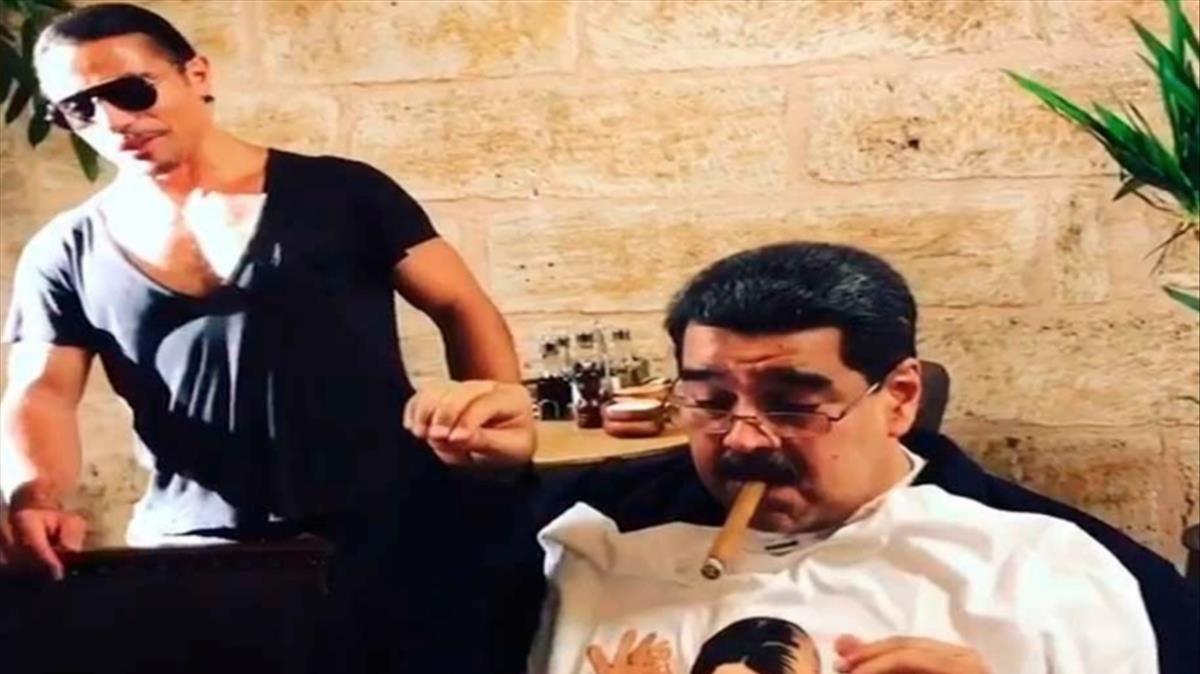 Maduro fuma un puro junto al chef Nusret Gökçe tras degustar una copiosa cena en su restaurante.