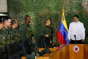 El presidente de Venezuela, Nicolás Maduro, en una reunión con militares.