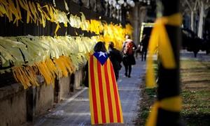 Manifestantes independentistas colocan lazos amarillos en la Ciutadella.