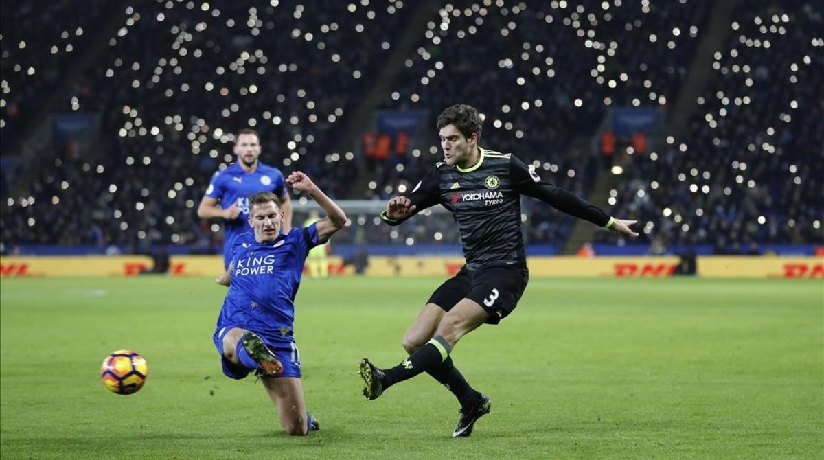 Marcos Alonso centra ante Alan Birchenall en la visita del Chelsea al Leicester.