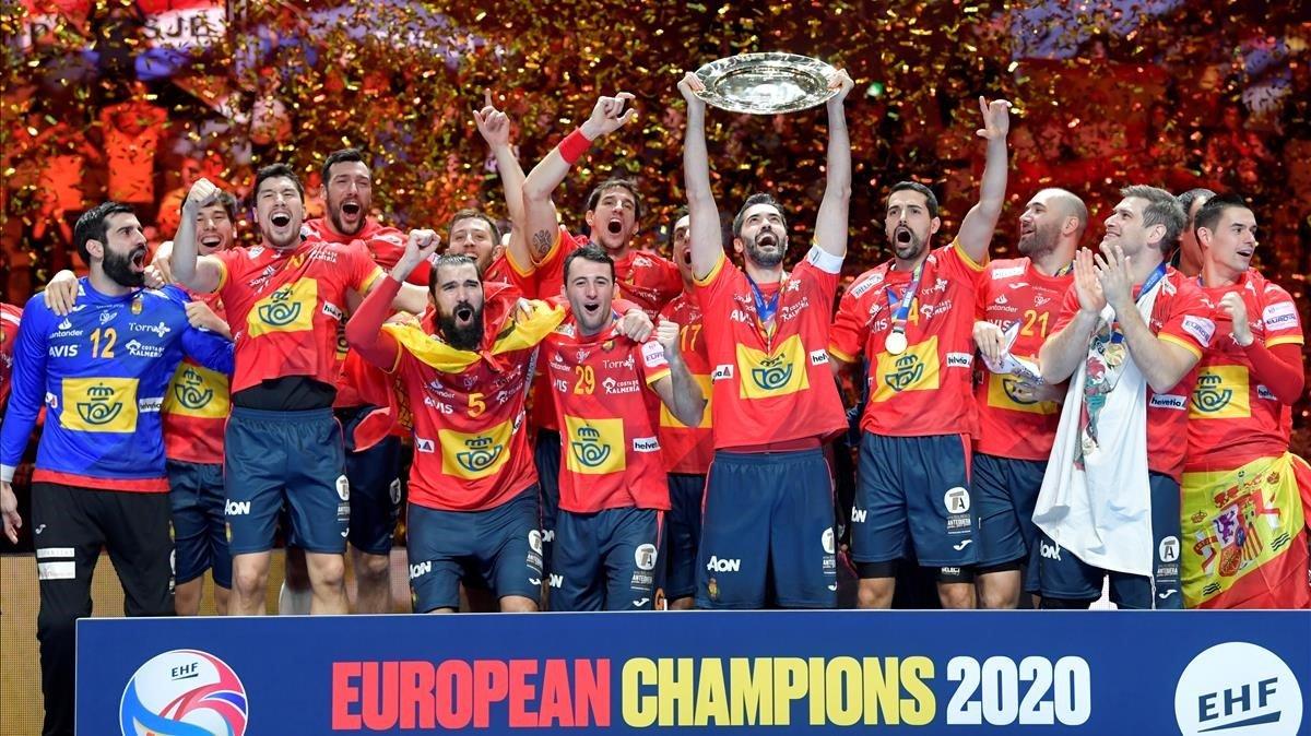 Los jugadores españoles levantan la Copa de Europa, en Estocolmo.