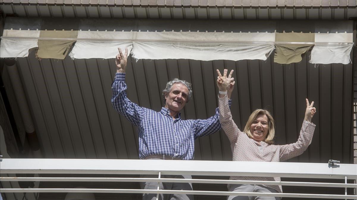 Maria Àngels Roger y Josep Simó, en el balcón de su casa tras reponerse del coronavirus.