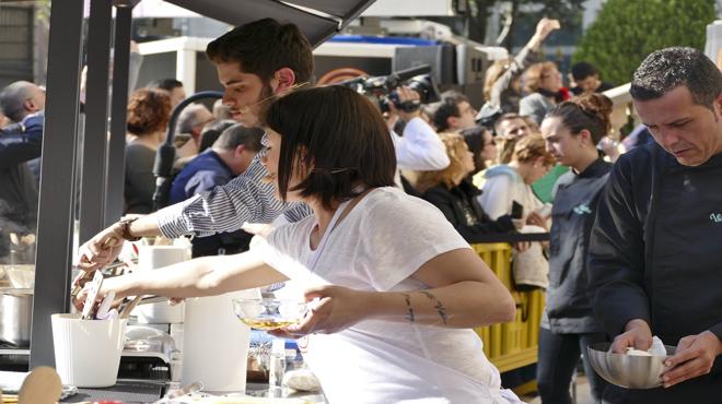 Exconcursantes de Masterchef participan en unshow cookingcomo aperitivo de la quinta edición.