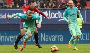 Messi disputa un balón con el defensa del Osasuna Miguel Flaño.