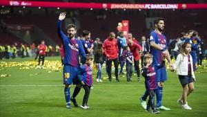 Messi y Suárez con sus respectivos hijos celebrando el título en el césped del Wanda Metropolitano.