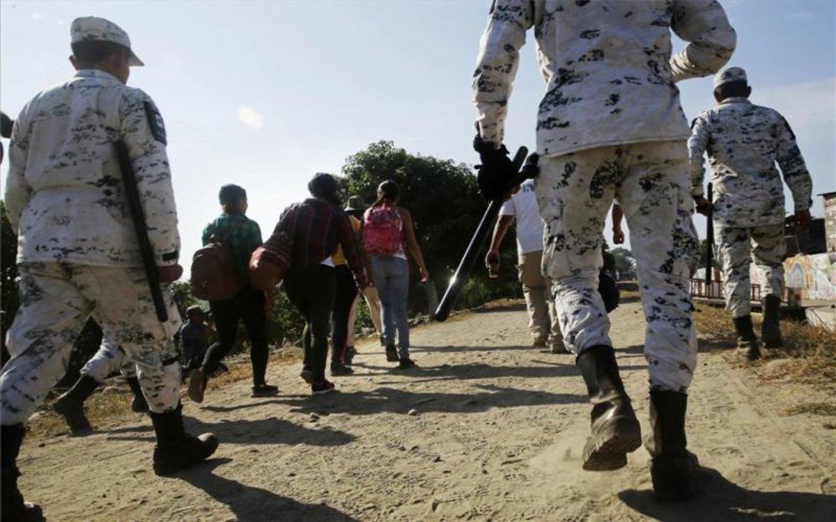 La Guardia Nacional de México detiene a migrantes centroamericanos.