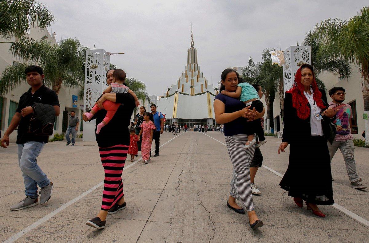 El templo y los feligreses de la Iglesia deLa Luz Del Mundo en México.