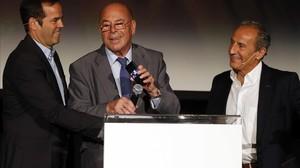 Miguel Reina, en el centro,canta el himno del Atlético en un homenaje a los jugadores que se midieron al Bayern en 1974.