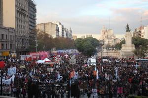 BAS36. BUENOS AIRES (ARGENTINA), 03/06/2016.- Miles de personas marchan para protestar contra la violencia machista al grito de Ni Una Menos hoy, viernes 3 de junio de 2016, en Buenos Aires (Argentina) para denunciar los 275 feminicidios registrados en el último año en el país y reclamar mecanismos que acaben con las agresiones contra las mujeres. EFE/Irene Valiente