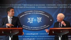 El ministro de Exteriores de Macedonia, Nikola Dimitrov, y el mediador de la ONU, Matthew Nimetz, en una rueda de prensa en Skopje.