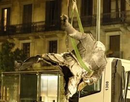 Momento en que el camión de la basura municipal se lleva la polémica estatua de Franco.