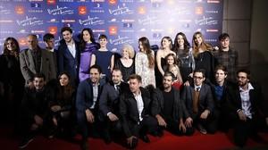 Dani de la Orden, director de Barcelona, nit dhivern, posa con algunos miembros del equipo del filme, que se presentó el martes por la noche en la Sala Barts.