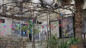 Carteles con fotografías de mártires palestinos en Nablús.