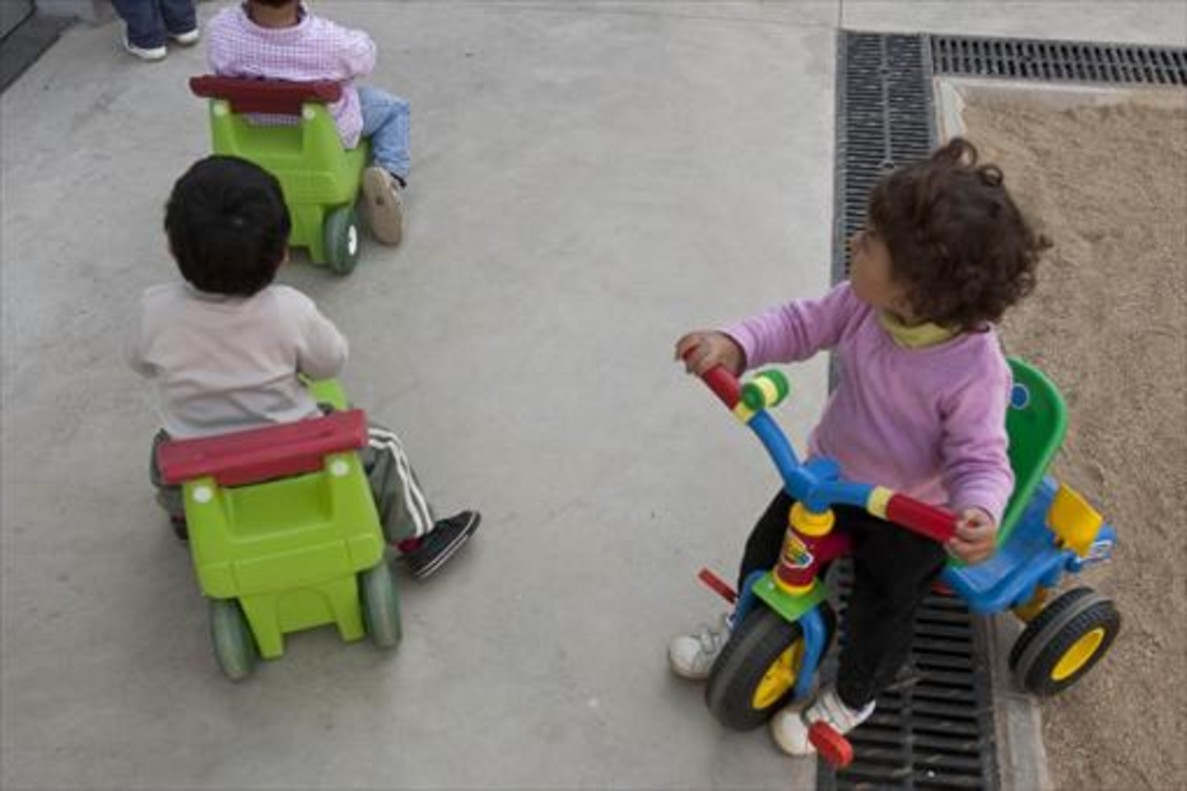 Niños jugando en la guardería municipal El Gat Negre, en el bario de El Coll, en el distrito de Gràcia.