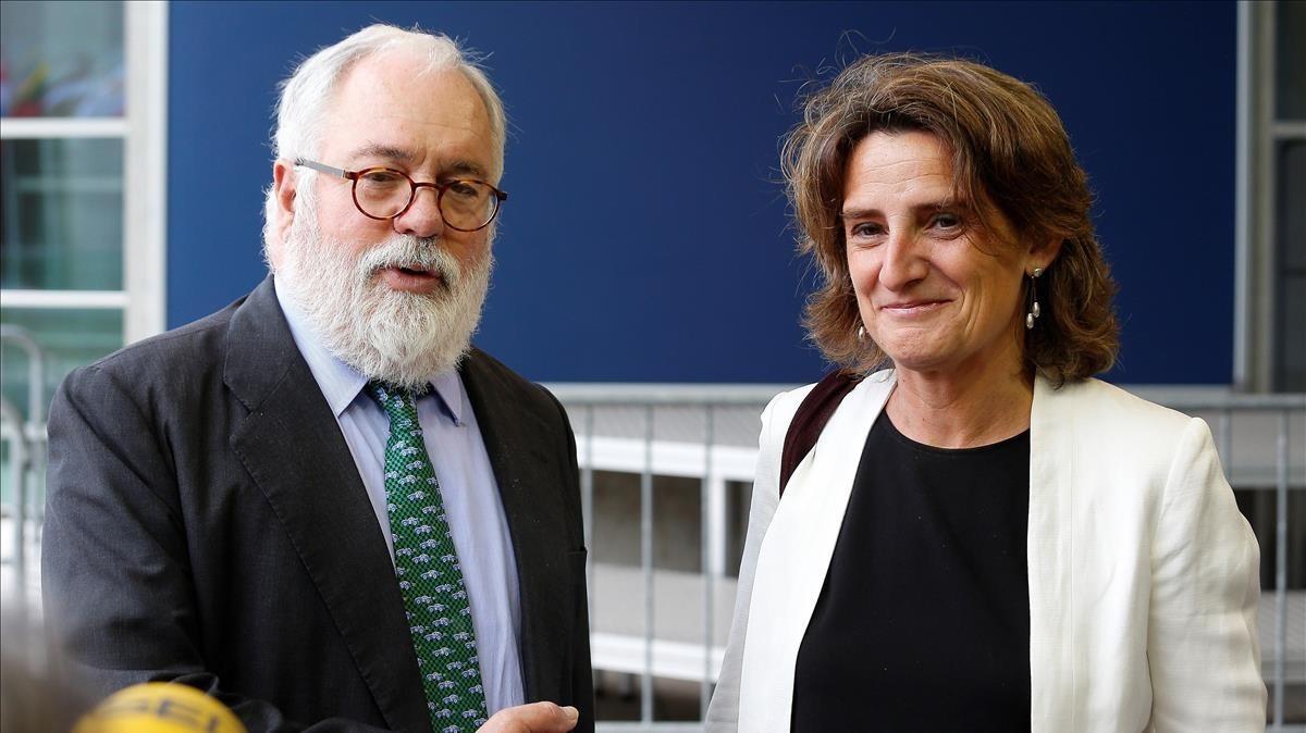 La ministra española de Transicion Energética, Teresa Ribera, posa junto al comisario europeo de Energía y Acción por el Clima, Miguel Arias Cañete,a su llegada a su primer consejo de titulares de Energía de la Union Europea.