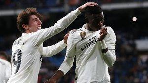 Odriozola felicita a Vinicius despues de que este marcara su gol al Leganés.
