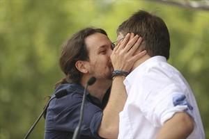 Pablo Iglesias besa en la boca a Xavier Domènech durante el acto de En Comú Podem en Barcelona.