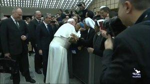 El papa Francisco besa a una monja durante la audiencia en el Vaticano.