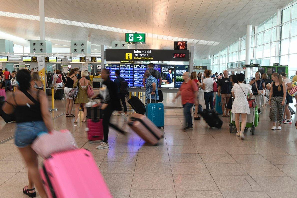 Pasajeros, en el aeropuerto de Barcelona-El Prat, en el primer día de huelga del personal de tierra de Iberia a finales de julio.