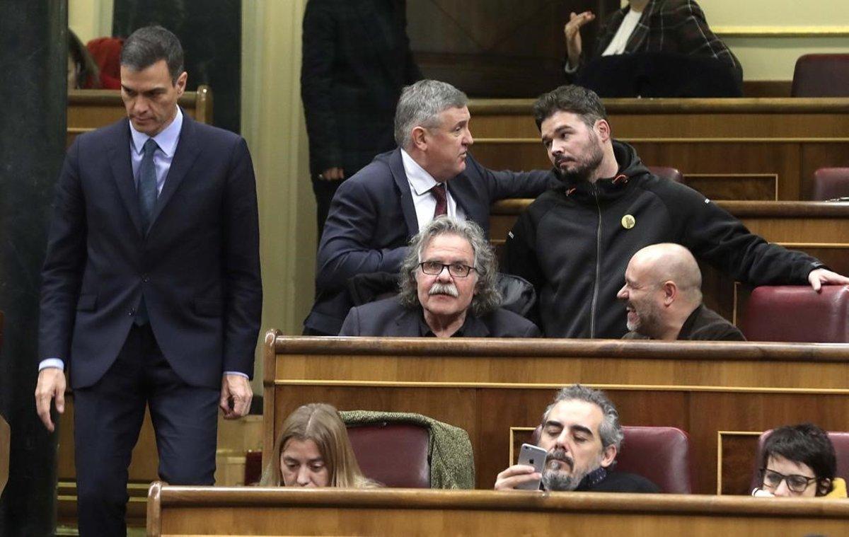 Pedro Sánchez pasa junto a los escaños de ERC en el Congreso.