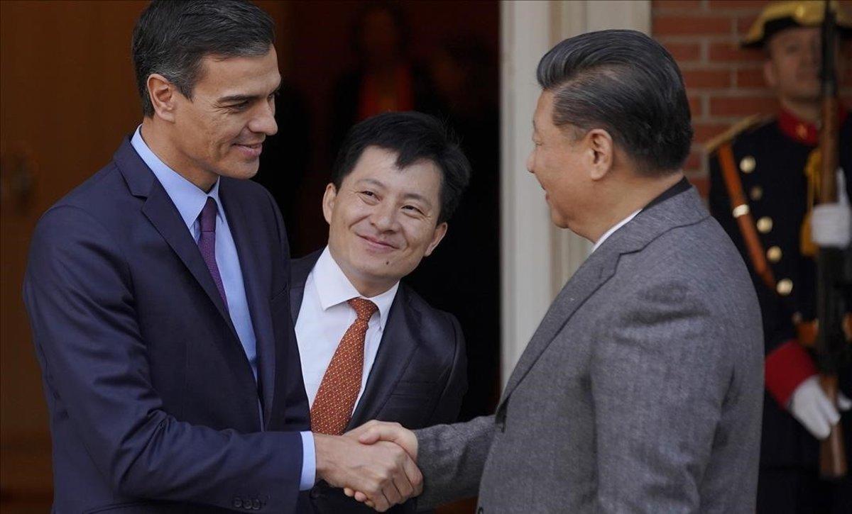 Pedro Sánchez saluda al presidente de la República Popular China.